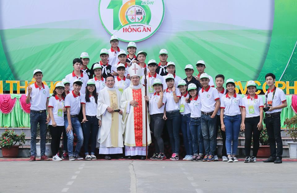 Chụp ảnh cùng Đức Cha Giáo phận Phát Diệm