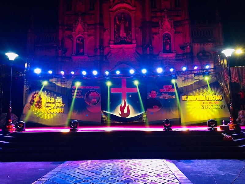 Giuseart.com - Phông sân khấu lễ truyền thống SVCG buổi tối